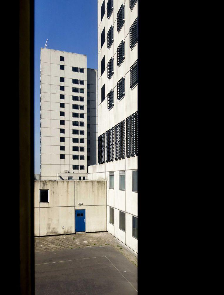 2016-09-08 14:42:55 AMSTERDAM - Exterieur tijdens de open dag in azc Amsterdam, de voormalige Bijlmerbajes. De voormalige gevangenis is is sinds juni gesloten en is omgebouwd tot asielzoekerscentrum. ANP KOEN VAN WEEL Beeld anp