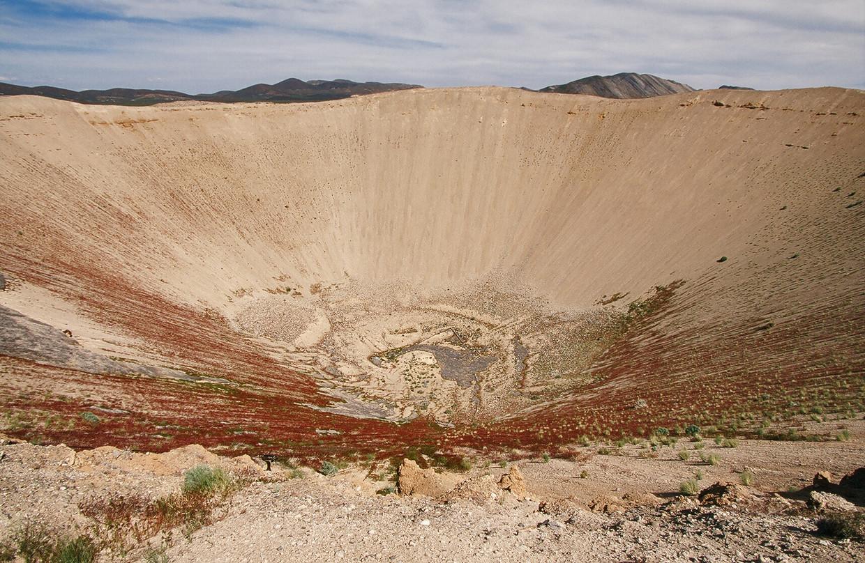 De krater die achterbleef na een kernproef in Nevada.
