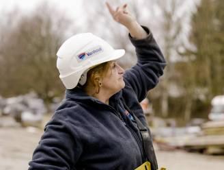 """Kraanmachiniste Evi maakt haar opwachting in 'Lady bouwers': """"Meer schrik op ladder dan op 116 meter hoogte"""""""