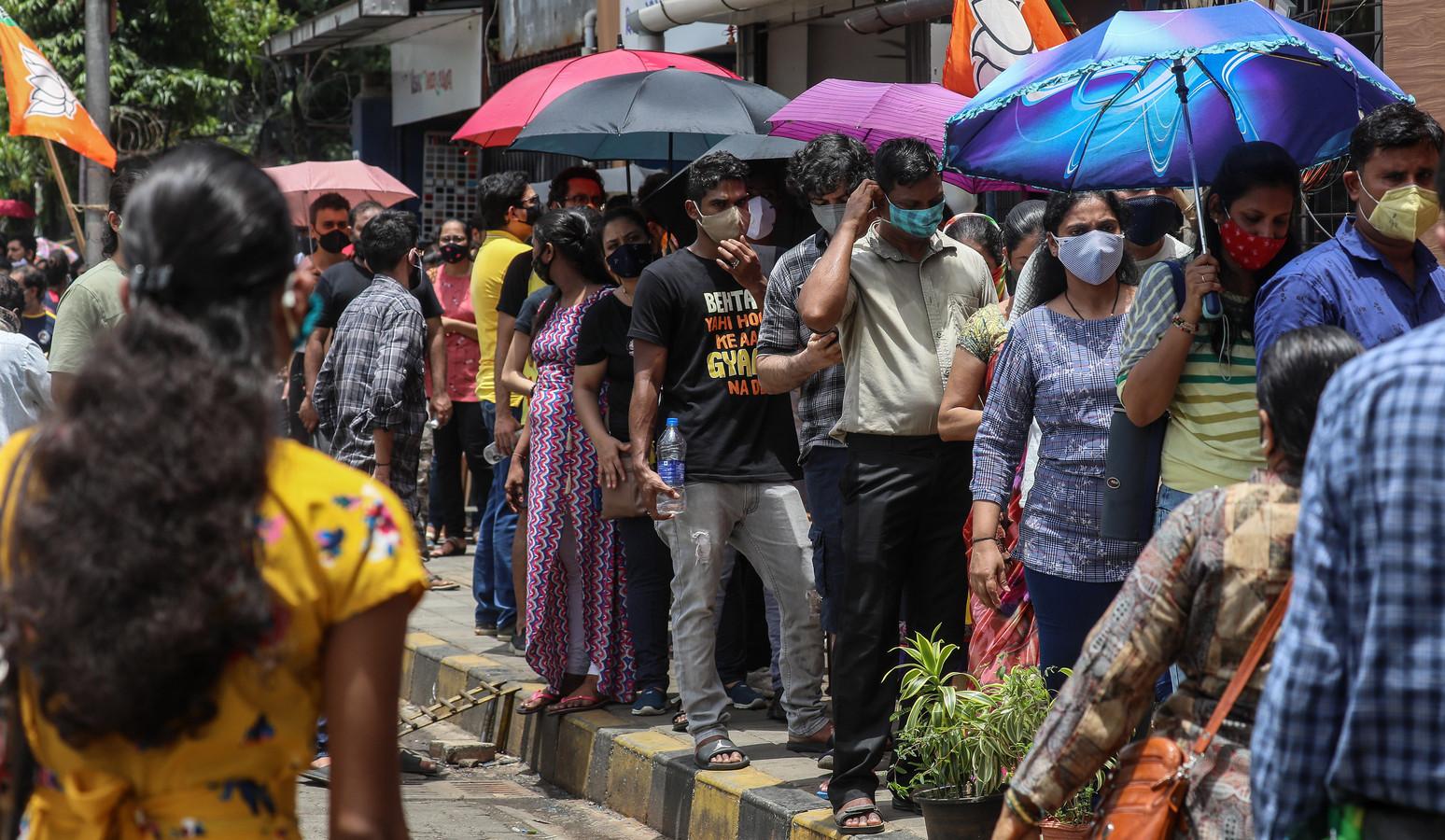 Mensen staan in Mumbai in de rij voor een coronavaccin.