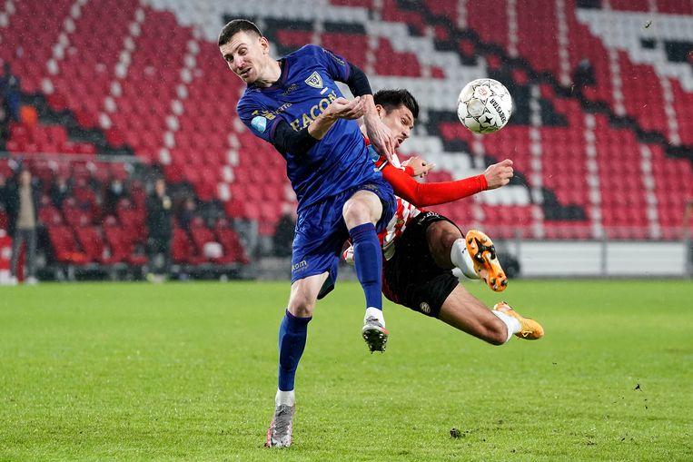 Een duel tussen Steffen Schafer en Joel Piroe tijdens PSV - VVV-Venlo. Beeld BSR Agency