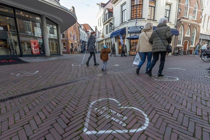 De hoek Beukerstraat/Korte Beukerstraat, waar het normaal gesproken een drukte van jewelste is. Nu loopt er beduidend minder winkelend publiek.
