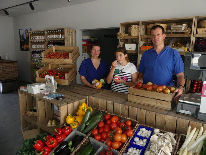 Sofie, dochter Yenka en Jonas in hun nieuwe winkel.
