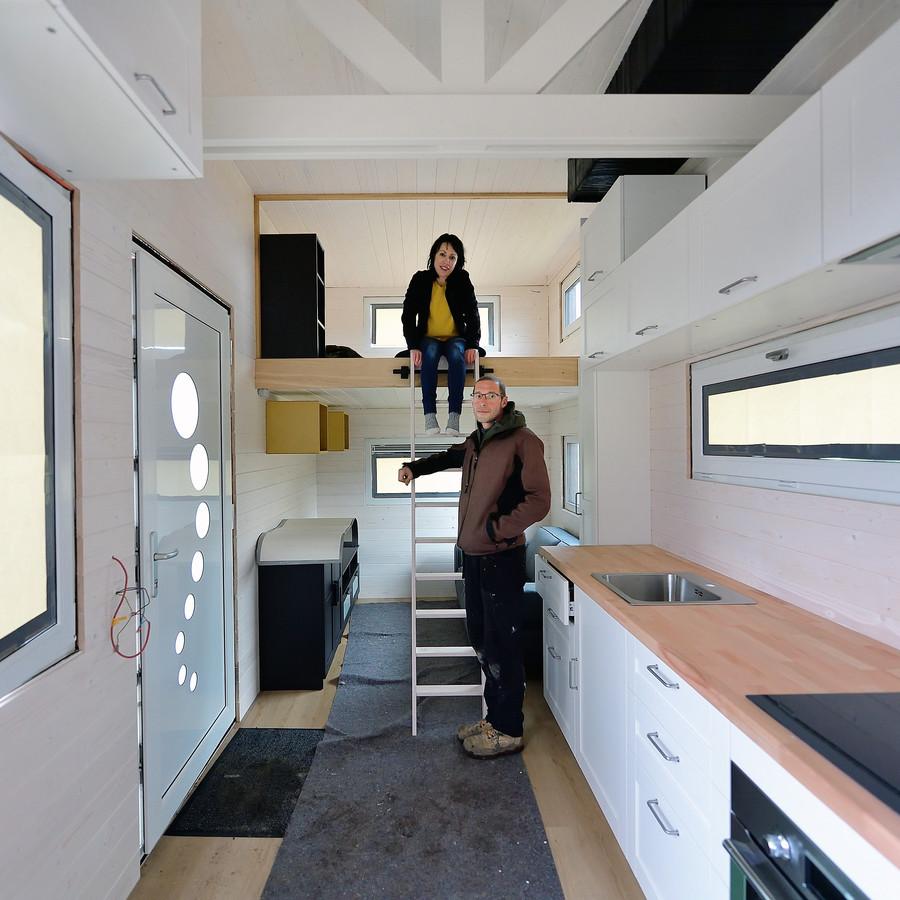 Niels Rombouts nam een maand vrij en ging timmeren. Samen met zijn partner Saskia Breugelmans hebben ze nu een tiny house.