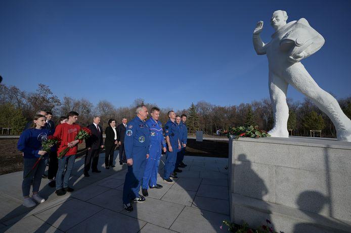 Vladimir Poetin woont een herdenking bij  aan het standbeeld van Yoeri Gagarin tijdens de internationale dag van de ruimtevaart.