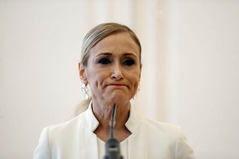 Madrileens minister-president Cristina Cifuentes kondigt haar ontslag aan in een persconferentie. Beeld EPA