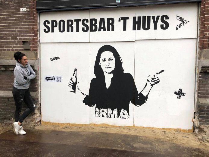 Doventolk Irma wijst gasten de weg naar sportsbar 't Huys op de Korenmarkt in Arnhem.