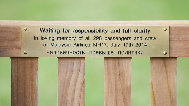 Nabestaanden van de ramp met vlucht MH17 hebben uit protest een bankje geplaatst voor de Russische ambassade in Den Haag. Hiermee geven ze aan te wachten op verantwoordelijkheid en volledige helderheid. Beeld anp
