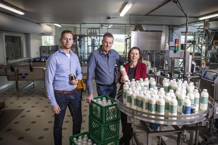 André en Tonny Mulder en hun zoon Koen, die samen het bedrijf Rauw Milk Company runnen.