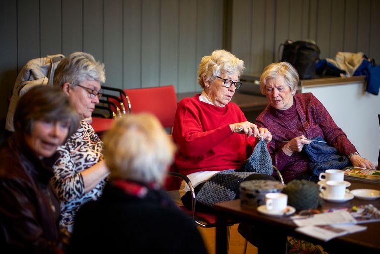 Vrouwen van de PKN breien voor dak- en thuislozen in de kerk De Nieuwe Badkapel in Scheveningen.  Beeld Phil Nijhuis