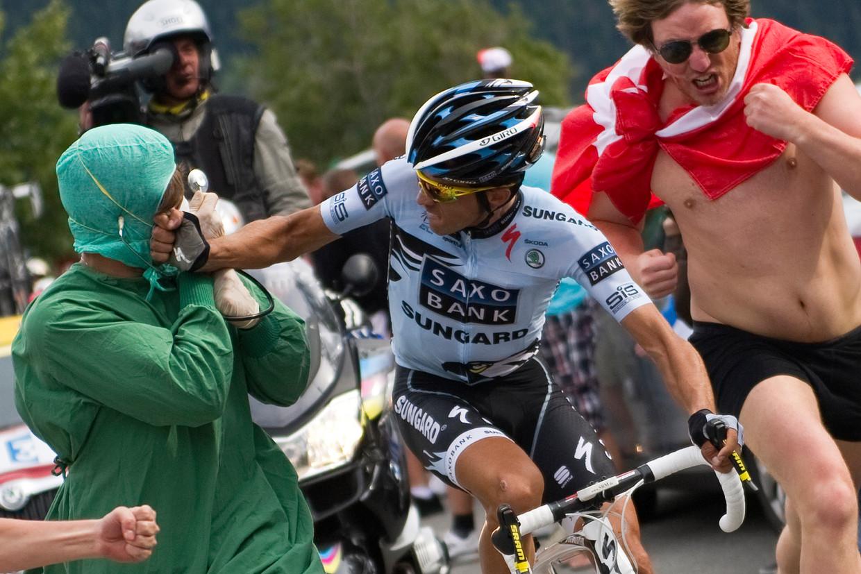 López is zeker niet de enige wielrenner die ooit uithaalde naar een toeschouwer. Alberto Contador sloeg een als arts verkleedde fan tijdens de Tour van 2011. Beeld AP