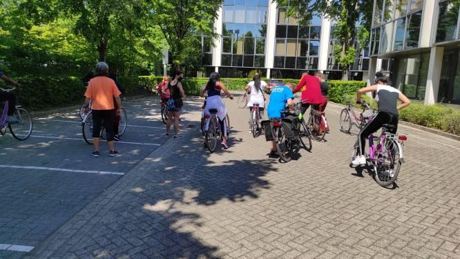 Bewoners vluchtelingenopvangcentrum en inwoners Zaventem leren samen fietsen