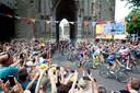 De renners rijden onder de Domtoren door tijdens de tweede etappe van de Tour de France.