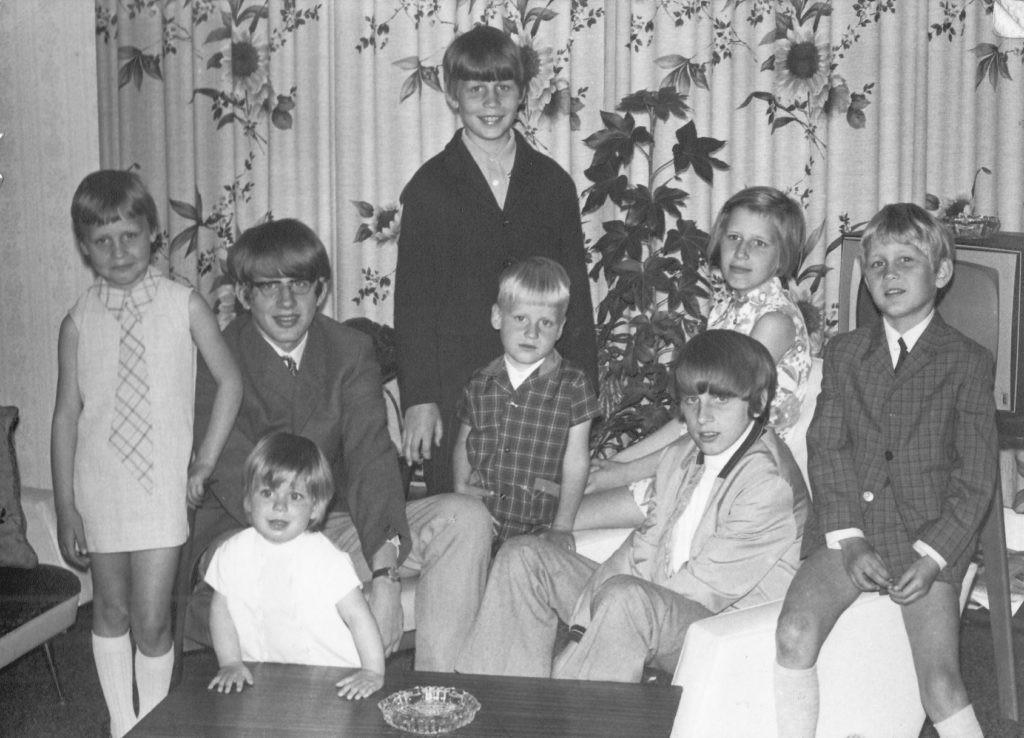 De kinderen Van Horik ruim veertig jaar geleden. V.l.n.r.: Irma, Rien, Chantal, Bart, Mark, Harrie, Marijke en Michel.
