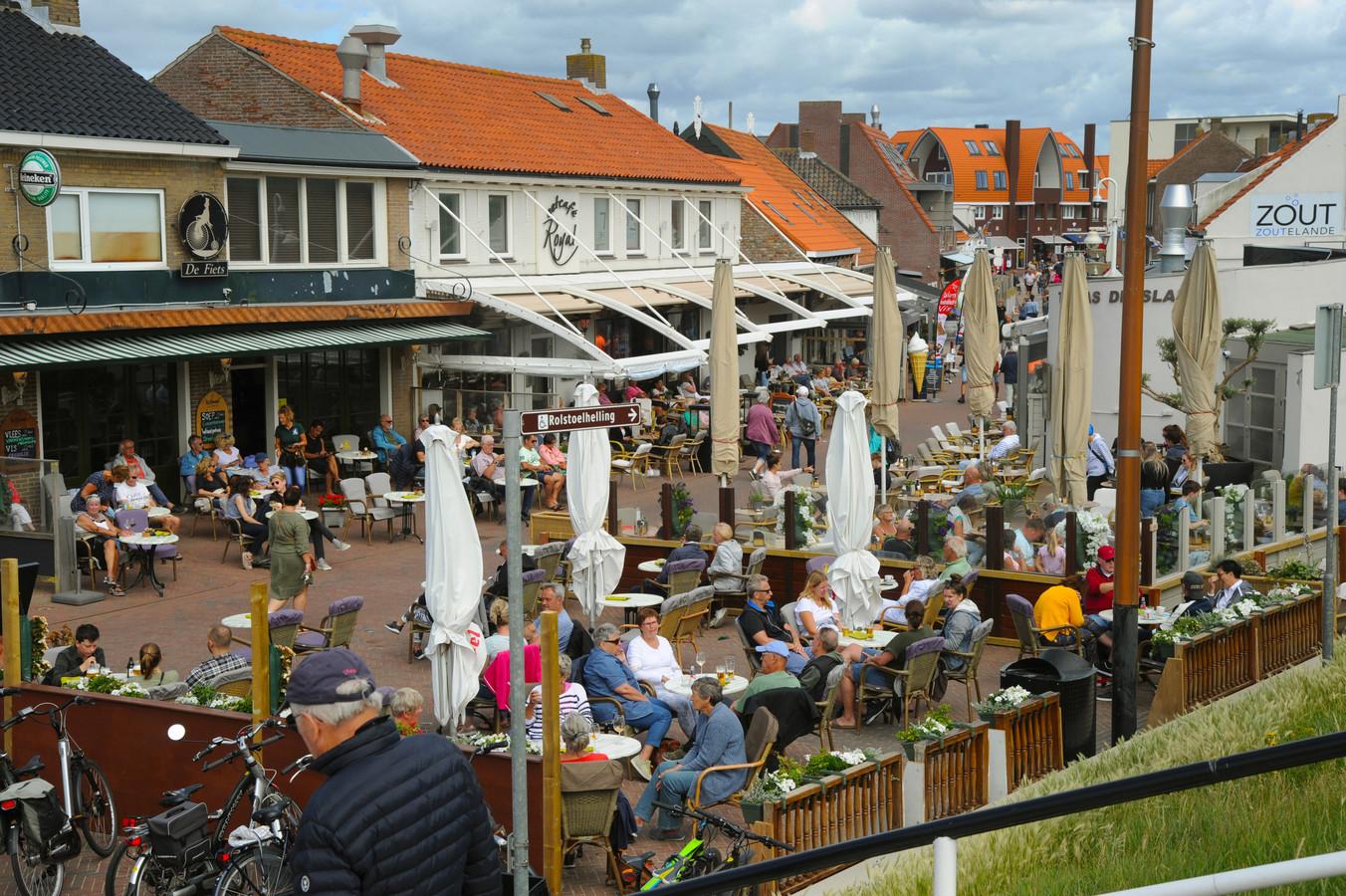 Deze zomer zaten de terrassen weer vol, zoals hier in Zoutelande. Maar blijven al die toeristen naar de Veerse kust komen, zo vragen de ondernemers zich af nu de gemeente de tarieven voor hen fors laat stijgen.