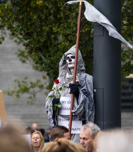 Twee aanhoudingen bij demonstratie tegen coronamaatregelen, bloemen bij Waku Waku