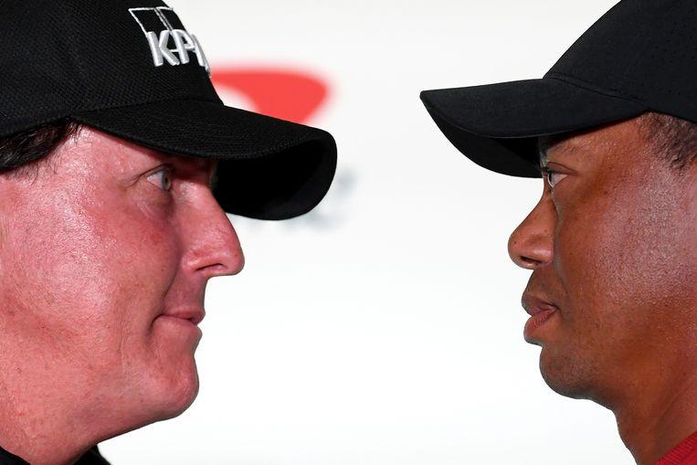 'Face-off' tussen Mickelson en Woods tijdens een persconferentie in Las Vegas.  Beeld Getty Images for The Match