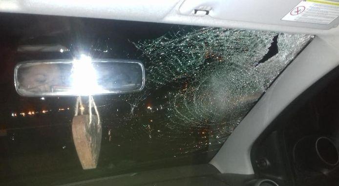 De schade aan de voorruit van de auto van Eline van Klinken was groot.