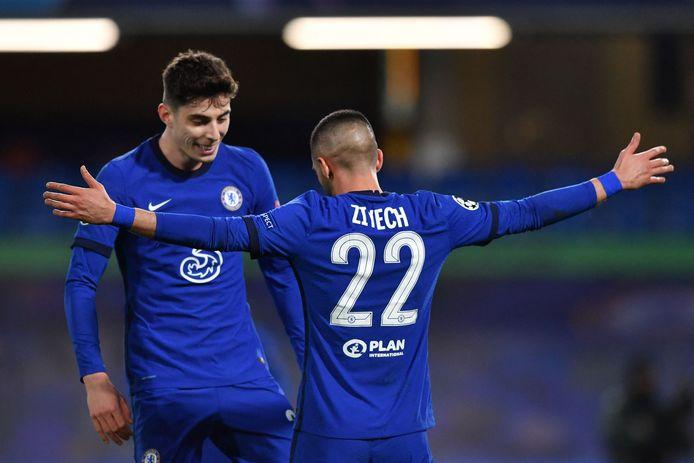 Hakim Ziyech maakt de openingstreffer van Chelsea.