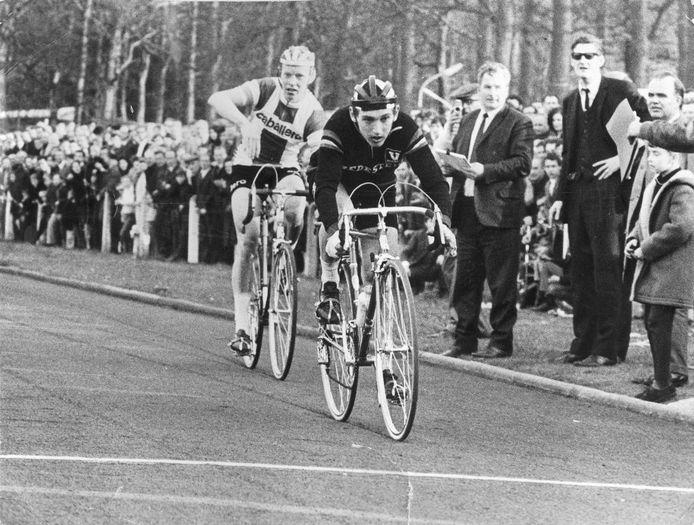 Wim Prinsen uit Hank denkt in 1968 de Omloop van de Baronie te winnen. De jury wijst na ampel beraad echter de protesterende Cor Baars aan als winnaar. Prinsen zou zijn medevluchter te veel hebben gehinderd in de eindspurt.