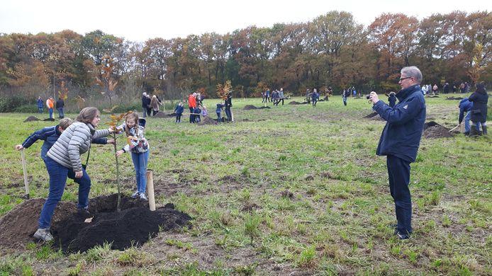 De aanplant van het  levensbomenbos in Rosmalen.