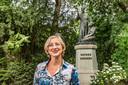Petra Robben bij het standbeeld van Peerke Donders in het Wilhelminapark.