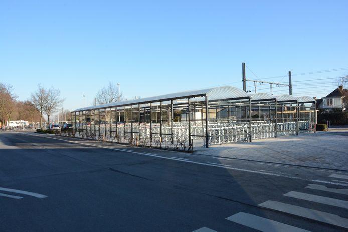 De nieuwe fietsenstallingen aan het station staan in schril contrast met de oude aftandse barakken van vroeger.