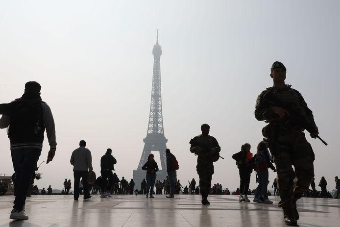 Archiefbeeld van soldaten die patrouilleren aan de Eiffeltoren in Parijs.