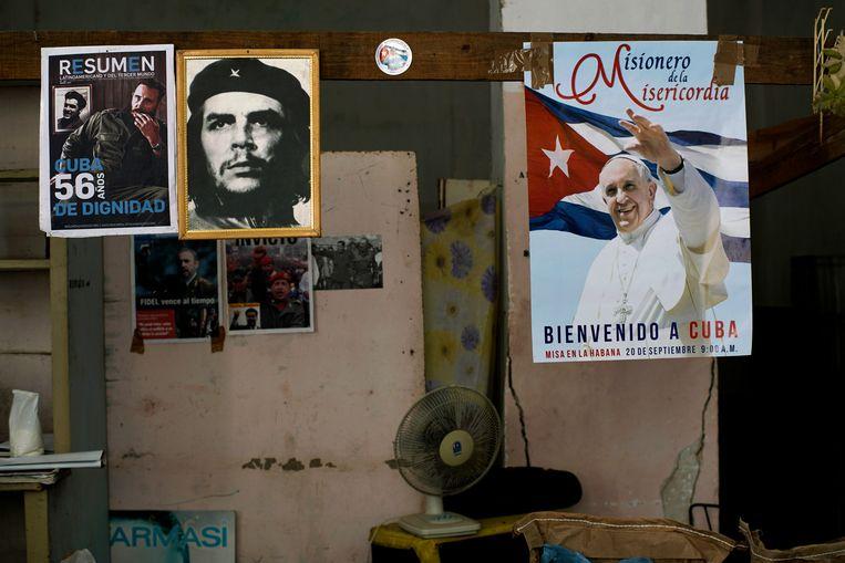 In een overheidswinkel in Cuba hangen een post van Che Gevuara en paus Franciscus naast elkaar Beeld AP
