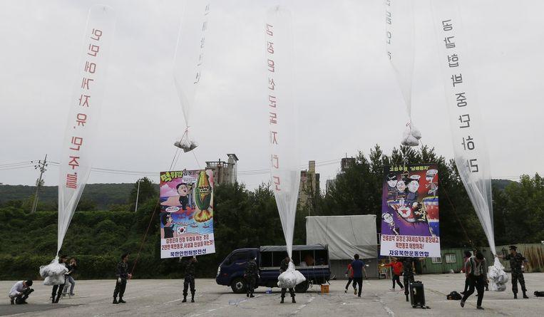 Noord-Koreaanse deserteurs laten ballonnen op om te protesteren tegen het dictatoriale regime in hun vaderland. Beeld ap