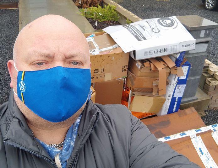 Steven Van Liedekerke van Vlaams Belang Roosdaal bij een hoop doorweekt papier dat donderdagochtend alsnog werd buitengezet.
