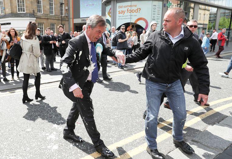 Nigel Farage, leider van de Brexit Party, werd getrakteerd op een milkshake. Beeld REUTERS