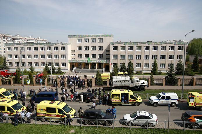 Ambulances voor de school in Kazan.
