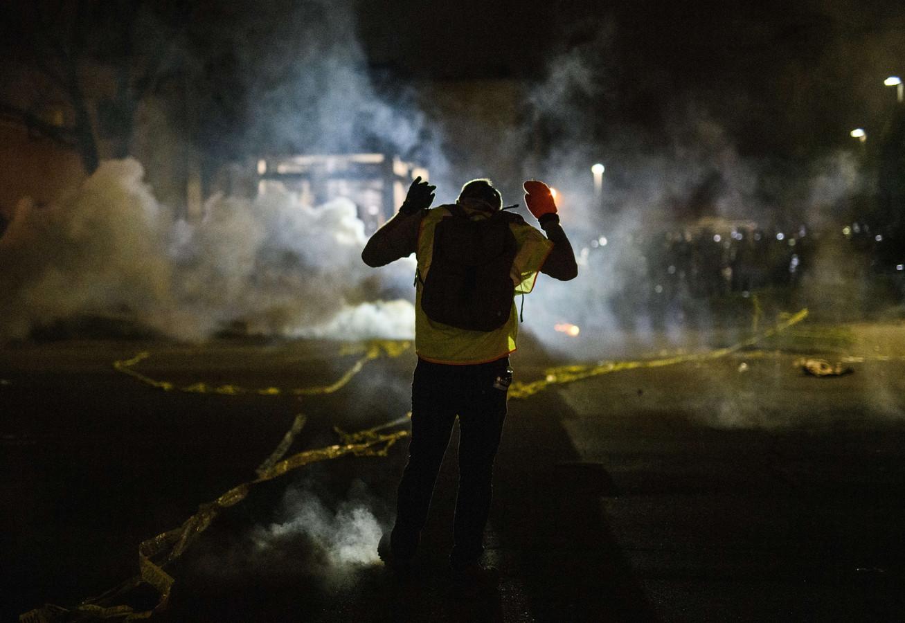 Quelque 200 personnes se sont rassemblées à Brooklyn Center dimanche soir, faisant face à des policiers en tenues anti-émeute.