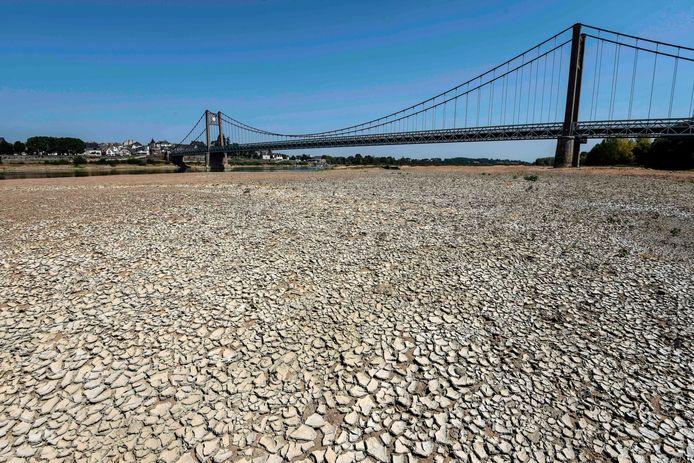 De droogte is ook dichter bij huis merkbaar, zoals hier een droge rivierbedding van de Loire in Frankrijk.