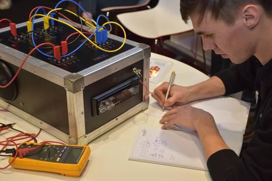 Thijs van Grinsven bezig met de opdracht.