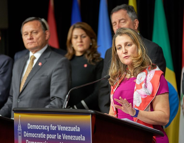 De Canadese Buitenlandminister Chrystia Freeland (rechts) en haar collega, de Peruviaanse Buitenlandminister Nestor Francisco Popolizio Bardales (links) briefen de pers over de bijeenkomst van de Groep van Lima in Ottawa. Beeld EPA
