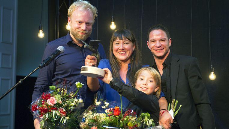 Ann Van den Broek toont samen met haar zoon de zwaan voor meest indrukwekkende dansvoorstelling. Beeld Jochem Jurgens