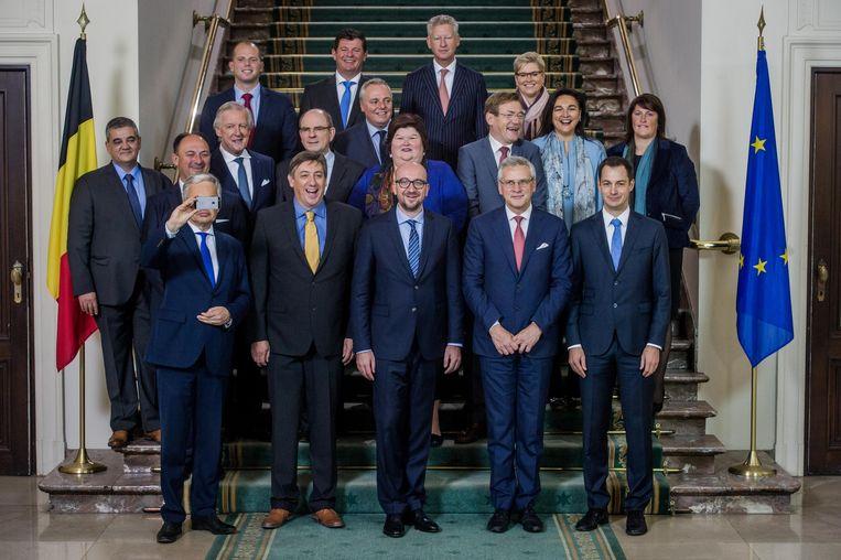 De regering-Michel I bij haar aantreden in oktober 2014. Selfie-nemer van dienst is trouwens minister van Buitenlandse Zaken Didier Reynders (MR). Beeld belga