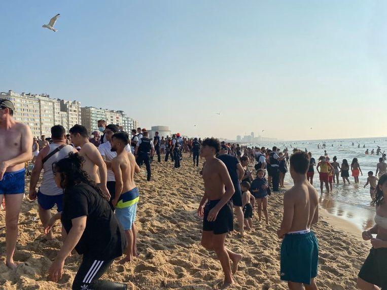 De politie handhaaft de rust op het strand.