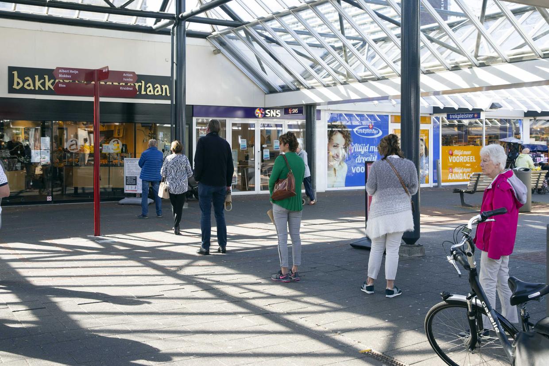 Ook in Rotterdam houden consumenten anderhalve meter afstand van elkaar om verdere verspreiding van het nieuwe coronavirus tegen te gaan. Het Nederlandse bedrijfsleven wordt opgeroepen na te denken over een anderhalvemetereconomie, een toekomst waarin anderhalve meter afstand houden van elkaar de norm is.