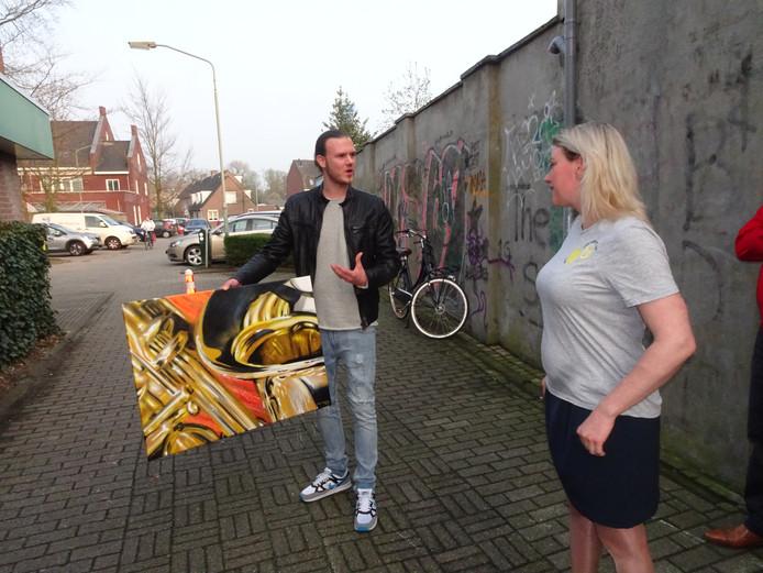 De plek waar de gevelkunst zal worden uitgevoerd. Op de foto Paul Jongsma en Janneke de Vries.