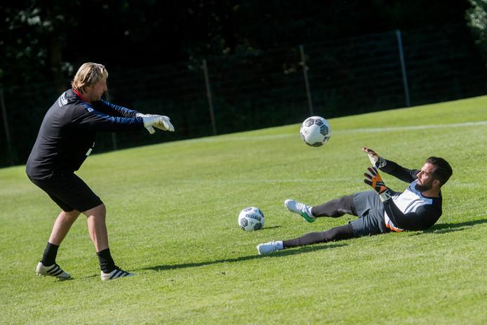 WillemII's keeperstrainer Harald Wapenaar in de weer met oud-Willem II-keeper Kostas Lamprou.