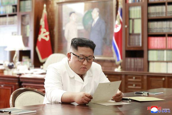 Kim Jong-un leest een brief van de Amerikaanse president Donald Trump.