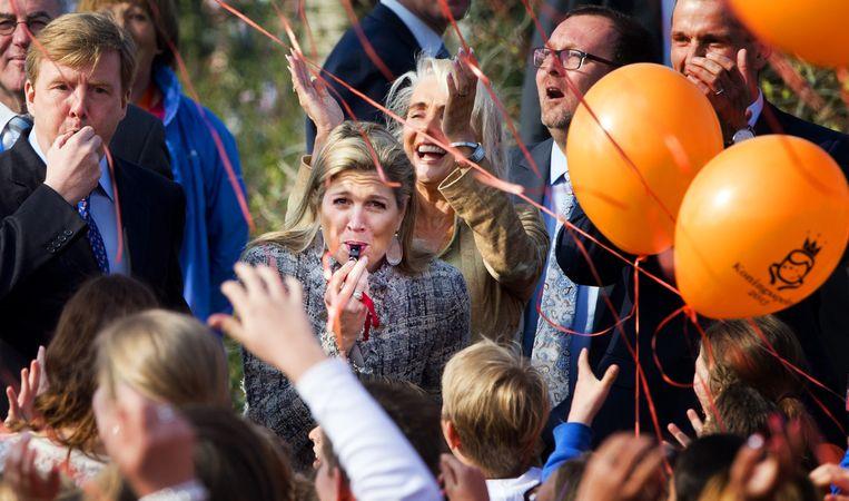 Koning Willem-Alexander en koningin Máxima in 2013, toen ballonnen oplaten nog heel onschuldig was. Beeld anp