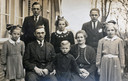 Een historisch kiekje uit 1943 van de zes ernstig kijkende kinderen, rond vader Bernard en moeder Dina Leferink, voor het ouderlijk huis in De Hoeve. Antoon (1925), Marie (1930) en Johan (1927) (bovenste rij). Willemien (1934), vader Bernard, Bennie (1937), moeder Dina en Dinie (1931) (onderste rij). Vermoedelijk is de foto gemaakt vlak voor Antoon zou onderduiken.