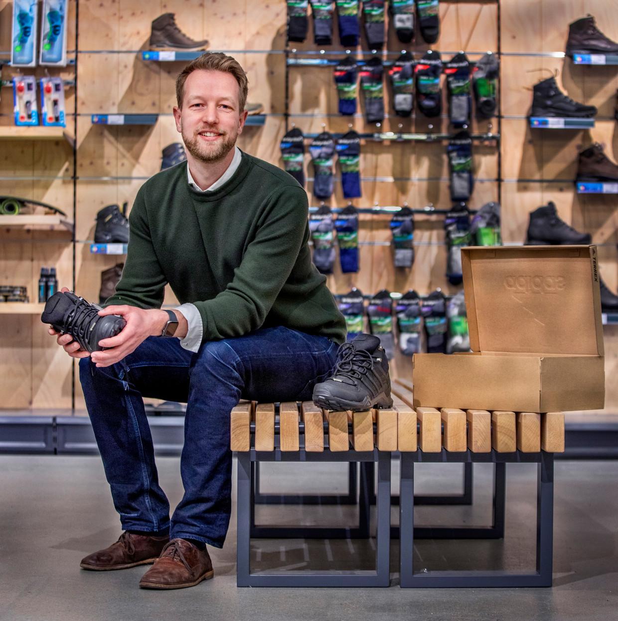Directeur Paul Tijsen in de store in Vrijbuiter-store in Zaandam. Beeld  Raymond Rutting / de Volkskrant