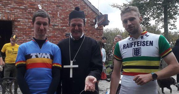Jasper De Ceuster (l.) maakte samen met Dylan Vervoort reeds voor de koers kennis met de plaatselijke pastoor.