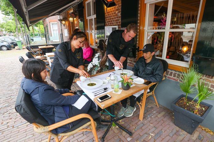 Chef-kok Rick van Kessel en gastvrouw Esther Klerks bedienen hun gasten.