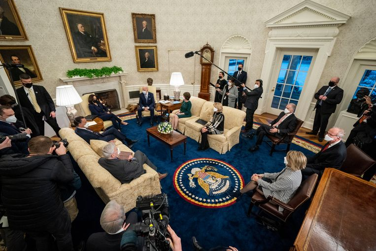 Overleg in de Oval Office met enkele Republikeinen. Beeld Photo News